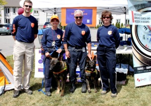 L-r, Phillip Durand, Cathy Gill, Kevin Gill (president) and Sherri Dufton; dogs Alex and Kera - members of TIGSAR